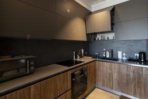 podwieszane szafki w kuchni, z drzwiczkami otwieranymi do góry