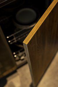 otwarte drzwiczki w szafce kuchennej, we wnętrzu siatkowe szuflady