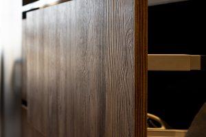 wysunięta szuflada na naczynia, zbliżenie na fakturę drewna