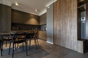 czarny stół i krzesła w kuchni
