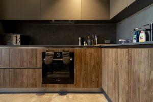 nisko osadzony, zabudowany piekarnik w kuchni