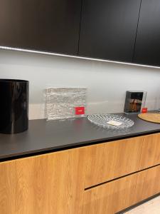 meble kuchenne o kontrastujących elementach - czarny i drewno