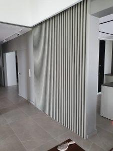 lamele na korytarzu w jasno szarym kolorze