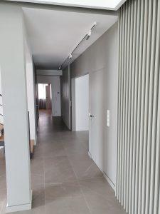 korytarz z lamelami na ścianie i regulowanym oświetleniem led