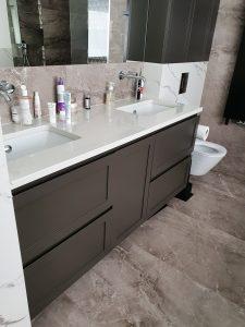 obszerna łazienka z dużym lustrem i dwiema umywalkami
