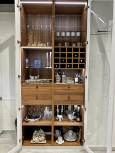 pojemna, przeszklona szafka kuchenna, z szufladami i pułkami na butelki